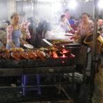 豪快に焼き上げる料理ベンタンナイトマーケット