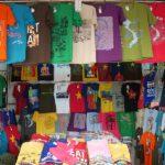 ベンタン市場のTシャツ屋 色々なTシャツがある