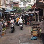 市場を走るバイク