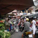 狭い市場を通るバイカー