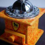 ベトナム製のコーヒーミル正面
