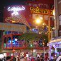夜の歓楽街ブイビエン通りは響く音楽、溢れる人、ネオンも眩しい